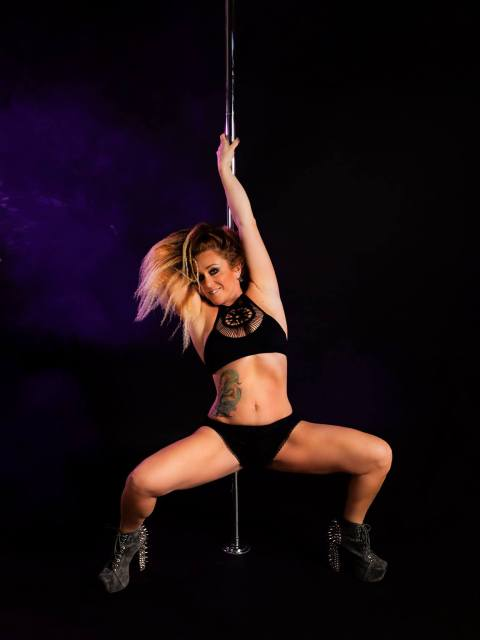 #samanthawalshpolefitness #polesquat #fitchicksforlife